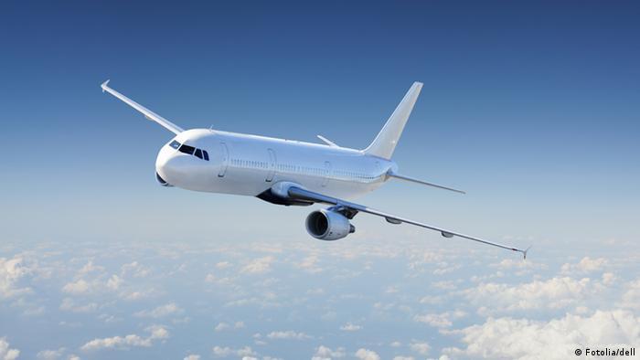 Flugzeug am Himmel (Fotolia/dell)