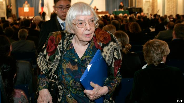 Human rights watchdog and Moscow Helsinki group chairperson Lyudmila Alekseyeva walks during a Congress of the Union of Right Forces in Moscow on Friday, Sept. 21, 2007. (Photo:AP)