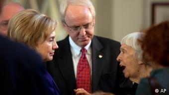 La defensora de derechos humanos Lyudmila Alekseva junto a la secretaria de Estado de EE. UU., Hillary Clinton.