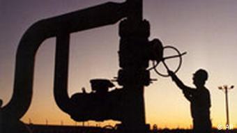 Die Silhouette einer Ölanlage der USA (Foto: AP)