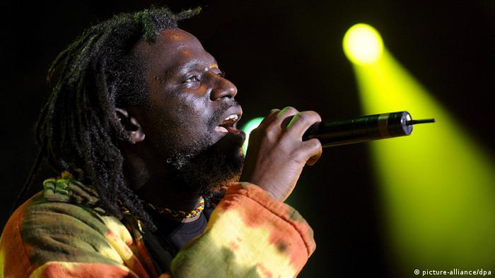 Reggae singer Tiken Jah Fakoly of Ivory Coast performs on the main stage during the 33rd Paleo Festival, in Nyon, Switzerland, 24 July 2008. The Paleo open-air music festival is the largest in Switzerland with 225,000 music fans and six days of concerts from 23 to 28 July. EPA/SANDRO CAMPARDO +++(c) dpa - Report+++