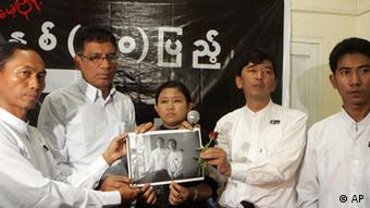 Myanmar's prominent 88 Generation Students Group leader, Min Ko Naing, second from right, senior leader, Ko Ko Gyi, left, and other members hold a picture of recently detained student activists during a commemoration of the 50th anniversary of a brutal military crackdown on students in Yangon, Myanmar, Saturday, July. 7, 2012. More than 20 political activists were detained across Myanmar ahead of the anniversary. Fellow activists said the detentions were proof that the government remains repressive despite the president's widely praised reforms. (Foto:Khin Maung Win/AP/dapd)