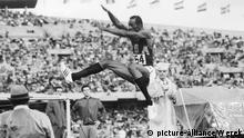 Leichtathletik, Olympia 1968 Mexiko. Weitsprung Männer. Bob BEAMON (USA) beim Sprung.
