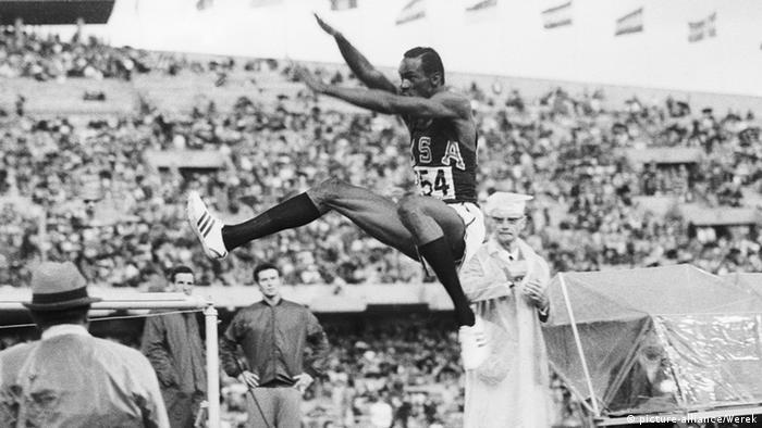 Americano Bob Beamon protagoniza o salto do século nos Jogos Olímpicos da Cidade do México, em 1968