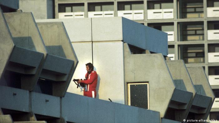 Atirador se posiciona no telhado da Vila Olímpica em Munique, em 1972: no dia 5 de setembro, durante a realização dos jogos, terroristas palestinos sequestraram atletas israelenses. O resgate fracassado resultou na morte de 17 pessoas