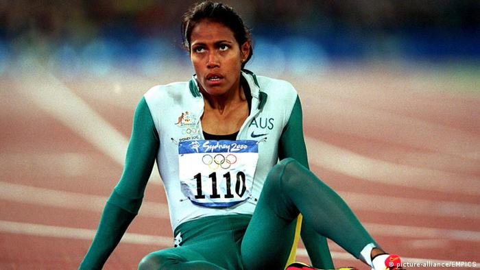 Cathy Freeman sitting on ground after winning gold medal (picture-alliance/EMPICS)