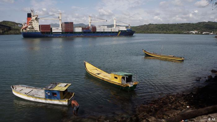 Fischer und Lastschiffe im Panama-Kanal (foto: ddp/AP Photo)