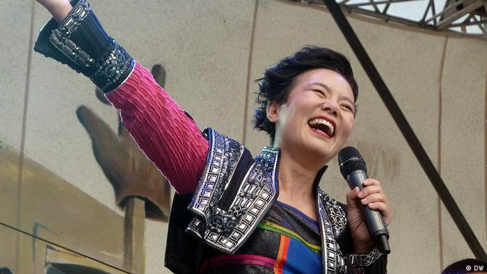 Gong Linna singing on stage at Rudolstadt