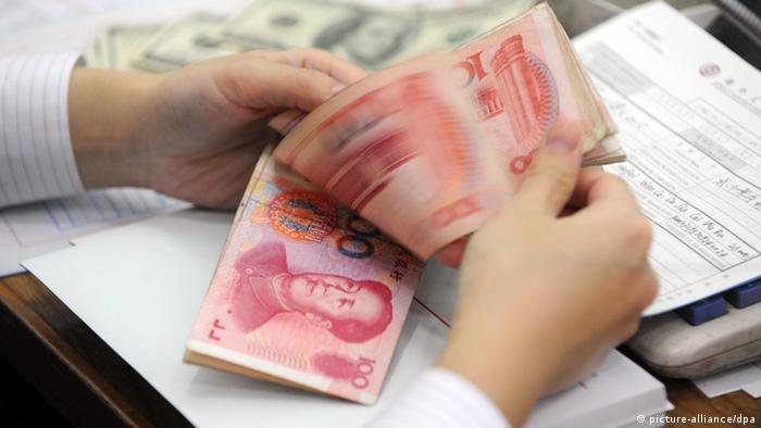 ARCHIV - Ein Bankangestellter zählt am 14.10.2010 in einer Bank im zentralchinesischen Hefei Yuan-Banknoten. Die Inflation ist in China weiter gefallen. Der Rückgang auf den niedrigsten Stand seit 29 Monaten gibt der Regierung neuen Raum zur Ankurbelung der Konjunktur. Nach Angaben der Staatsmedien rief Regierungschef Jiabao angesichts des schwächeren Wirtschaftswachstums zu einer «aggressiveren» Feinabstimmung in der Geldpolitik auf. EPA/YI FAN (zu dpa 0155 vom 09.07.2012) +++(c) dpa - Bildfunk+++