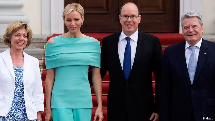 Bundespräsident Joachim Gauck (r.) und seine Lebensgefährtin Daniela Schadt (l.) empfangen vor dem Schloss Bellevue in Berlin Fürst Albert II. (2. v. r.) und seine Frau Charlene (2. v. l.) ( Foto: dpa)