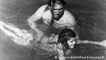 dw.de kultur: Geschichtsbilder Carl Zuckmayer bringt seiner Tochter das Schwimmen bei (Foto: ullstein bild/Alfred Eisenstaedt)