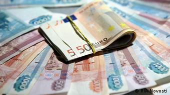 Российские рубли и евро лежат на столе