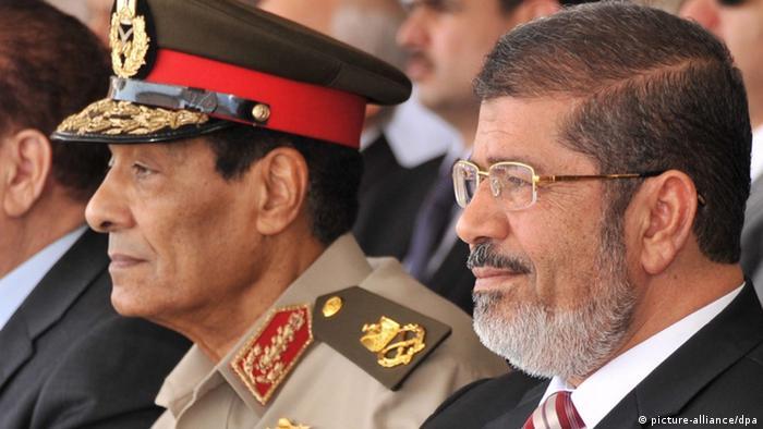 Ägypten Hussein Tantawi und Mohammed Mursi (picture-alliance/dpa)