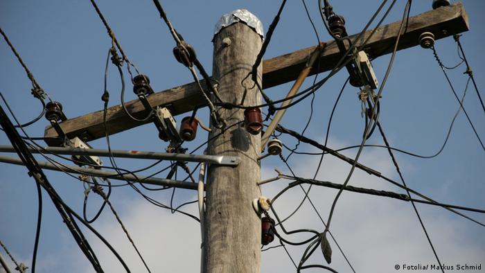 Symbolbild Strommast Stromkosten Strom Überirdisch Telefonleitung (Fotolia/ Markus Schmid)