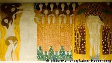Österreich, Wien 4, Secession, Beethovenfries, Gustav Klimts Beethovenfries, 1902 ursprünglich für eine vorübergehende Ausstellung in der Wiener Secession geschaffen, befindet sich heute als ständige Leihgabe wieder im Secessionsgebäude. Der gemalte Bilderzyklus ist dem Komponisten Ludwig van Beethoven gewidmet. Hier die Darstellun an der rechten Wand Die Künste, Chor der Paradiesengel und Diesen Kuss der ganzen Welt.