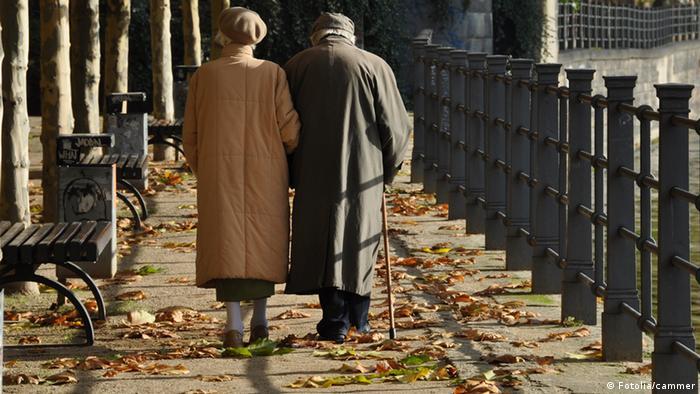 Неработещите възрастни стават все повече, работещите млади - все по-малко