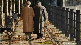 Пожилые люди на прогулке в парке