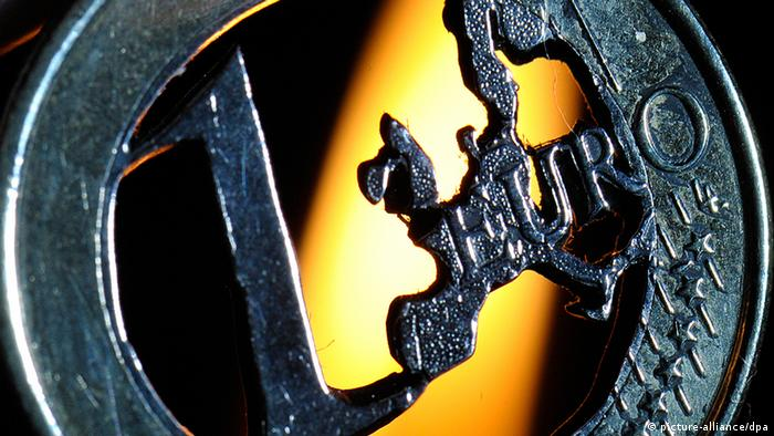 A flame behind a hollowed out euro coin +++(c) dpa - Bildfunk+++