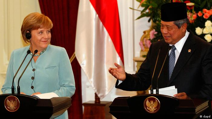 Indonesian President Susilo Bambang Yudhoyono, right, gestures during a joint press conference with German Chancellor Angela Merkel, left, after their meeting at Merdeka Palace, Indonesia, Tuesday, July 10, 2012.(Foto:Achmad Ibrahim/AP/dapd).