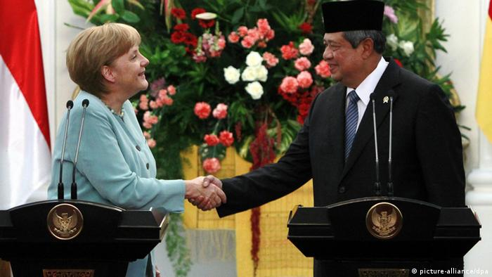 epa03302477 German Chancellor Angela Merkel (L) shakes hands with Indonesia's President Susilo Bambang Yudhoyono shortly after a joint press conference at the Presidential Palace in Jakarta, Indonesia, 10 July 2012. Merkel will seek to strengthen trade ties with Indonesia during her first official visit to South East Asia s biggest economy as she tries to offset weak demand from Germany s eurozone partners. Indonesia is Germany s fourth biggest trading partner in the 10-member Association of Southeast Asian Nations (ASEAN) which has a combined population of 575 million people about 8 per cent of the world population. EPA/MAST IRHAM +++(c) dpa - Bildfunk+++