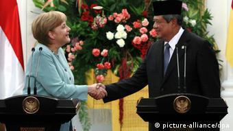 German Chancellor Angela Merkel shakes hands with Indonesia's President Susilo Bambang Yudhoyono