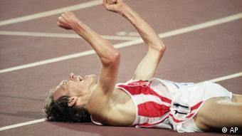 Dieter Baumann nakon pobjede u utrci na 5.000 metara na Olimpijskim igrama u Barceloni 1992.