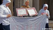 Azemina drži imena njenih najmilijih koji su ubijeni u ratu