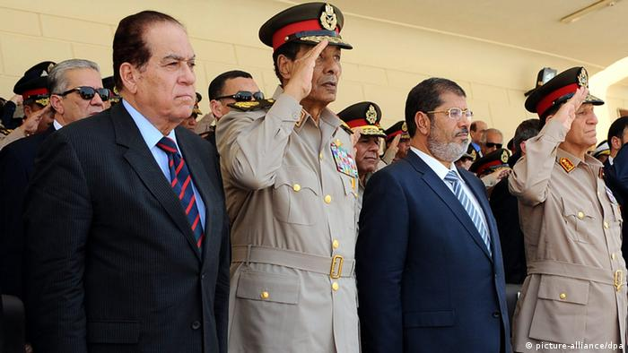 Egyptian Prime Minister Kamal Ganzoury, head of the military council Field Marshal Hussein Tantawi, President Mohamed Morsi, and armed forces Chief of Staff Sami Anan during a graduation ceremony from the Air Force Academy, in Sharqiya, 140 km north east Cairo, Egypt, 10 July 2012. Egypt_s Islamist-led parliament convened on 10 July 2012, after President Mohammed Morsi on 08 July issued a decree reinstating parliament, which was dissolved by the military last month based on a court ruling. EPA/FADY FARES/EGYPTIAN PRESIDENCY HANDOUT EDITORIAL USE ONLY/NO SALES +++(c) dpa - Bildfunk+++