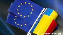ARCHIV - Ein Demonstrant hält am 01.01.2007 in Bukarest eine rumänische und eine EU-Fahne. Der Weg für Serbien ist frei: Nach jahrelangem Warten wird das Land EU-Beitrittskandidat. Rumänien und Serbien haben sich in letzter Minute über den Schutz der walachischen Minderheit in Serbien geeinigt. Foto: Robert Ghement dpa (zu dpa 1695 vom 01.03.2012) +++(c) dpa - Bildfunk+++ pixel
