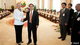 U.S. Secretary of State Hillary Rodham Clinton, left, and Laotian Prime Minister Thongsing Thammavong pose for photos before their meeting at the Prime Minister's Office in Vientiane, Laos, Wednesday, July 11, 2012. (Foto:Brendon Smialowski, Pool/AP/dapd)