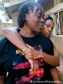 Um casal de lésbicas no Uganda. Este é o país africano que mais nega a homossexualidade