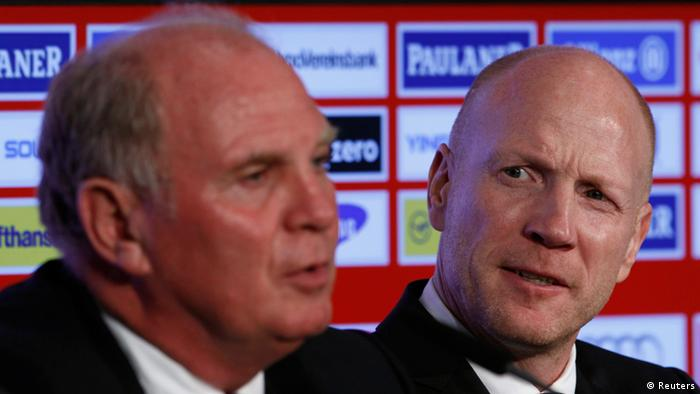 Bayern Munich's new Sports Director Matthias Sammer (R) and President Uli Hoeness address a news conference in Munich July 3, 2012. REUTERS/Michaela Rehle (GERMANY - Tags: SPORT SOCCER)