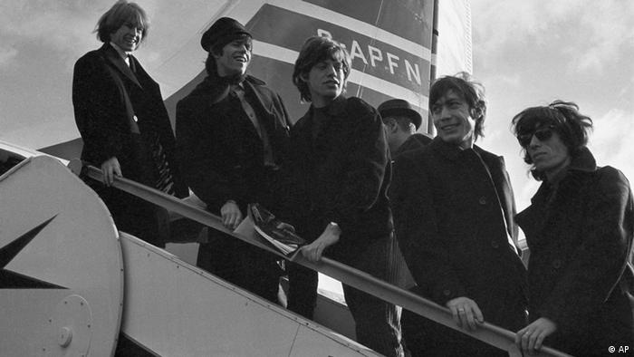 The Rolling Stones 'pop' group from left Brian Jones, Keith Richard, Mick Jagger, Charlie Watts and Bill Wyman, board a New York bound Airliner at London Airport October 23, 1964. They were off on a U.S. Tour. (ddp images/AP Photo/Victor Boyton)