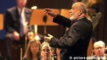 Das New York Philharmonic Orchestra unter der Leitung von Kurt Masur (r), aufgenommen am 10.9.2001 in der Braunschweiger Stadthalle. Das Orchester spielte im Rahmen des so genannten School Day Concerts vor 1200 Schülern Stücke von Dvorak und Schostakowitsch.