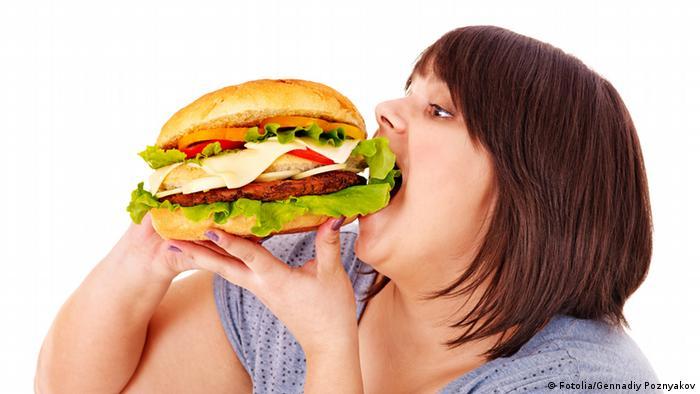 Frau ißt Hamburger