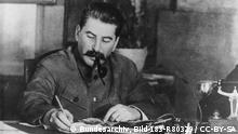 Josef Stalin, Pfeife rauchend, am Schreibtisch sitzend Ständige Freundschaft mit Stalin. Freundschaft mit Stalin ist die Gewähr des Sieges, des Friedens und der Zukunft heißt es in dem Aufruf der Regierung der Deutschen Demokratischen Republik zum 70. Geburtstag von Generalissimus Stalin am 21.12.49. UBz: I.W. Stalin am Schreibtisch Aufn.: Illus-SNB 5.12.49 4636-49