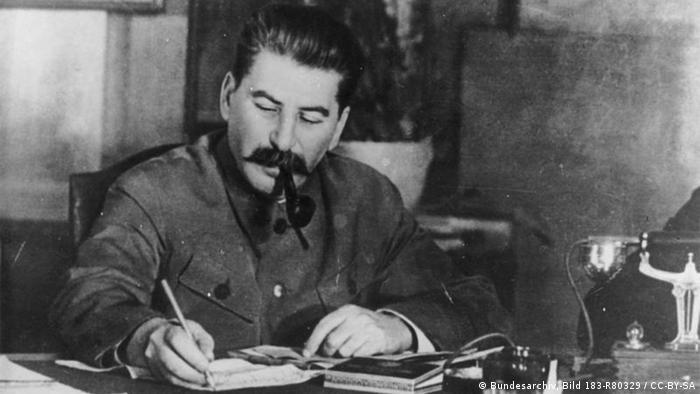 Josef Stalin Schreibtisch Pfeife (Bundesarchiv, Bild 183-R80329 / CC-BY-SA)