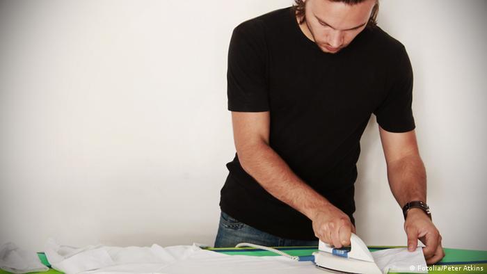 Молодой человек у гладильной доски