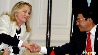US Secretary of State Hillary Clinton (L) shakes hands with Vietnam's Foreign Minister Pham Binh Minh