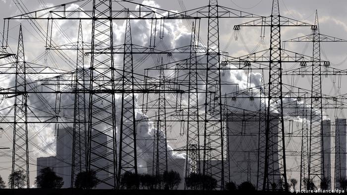 Линии электропередачи на фоне угольной электростанции