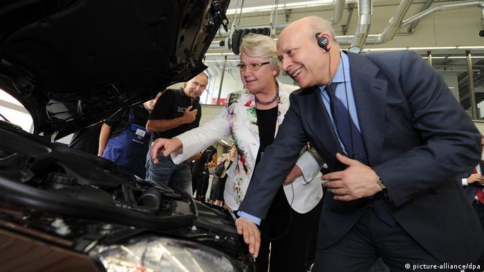 Bundesbildungsministerin Annette Schavan (CDU) und der spanische Bildungsminister Jose Ignacio Wert Ortega besichtigen am Donnerstag (12.07.2012) das Daimler Ausbildungszentrum in Esslingen und schauen sich einen Motor an. Die Ausbildungkonferenz soll spanischen Jugendlichen Aussbildungs- und Berufschancen eröffnen. Schavan will mehr Jugendliche aus Spanien auf den deutschen Arbeitsmarkt locken. Foto: Franziska Kraufmann dpa/lsw +++(c) dpa - Bildfunk+++