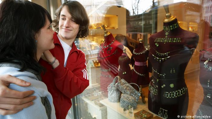 young couple standing outside the window of a jewelery shop Photo: Jörg Lange - Model release vorhanden - +++(c) dpa - Report+++