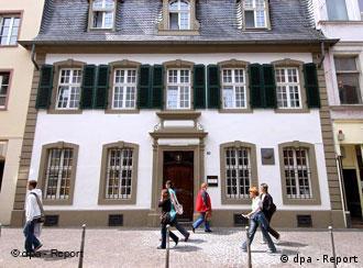 Am Mittwoch (08.06.2005), einen Tag vor der offiziellen Neueröffnung des Karl-Marx Hauses in Trier, gehen Menschen an dem Gebäude vorbei. Nach mehreren Wochen Renovierung wird das Haus am Donnerstag (9. Juni) mit neu gestalteter Ausstellung und frisch gestrichen wieder für die Besucher aus aller Welt geöffnet. Foto: Harald Tittel/dpa/lrs +++(c) dpa - Report+++