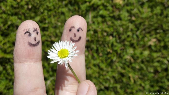 Für Dich! Zwei Finger und ein Gänseblümchen (Fotolia/forelle66)