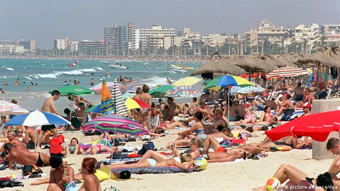 El Arenal beach on Mallorca. (c) dpa - Bildfunk