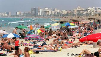 Crowds along the shore of a beach in Mallorca Photo: Uli Deck dpa/lhe