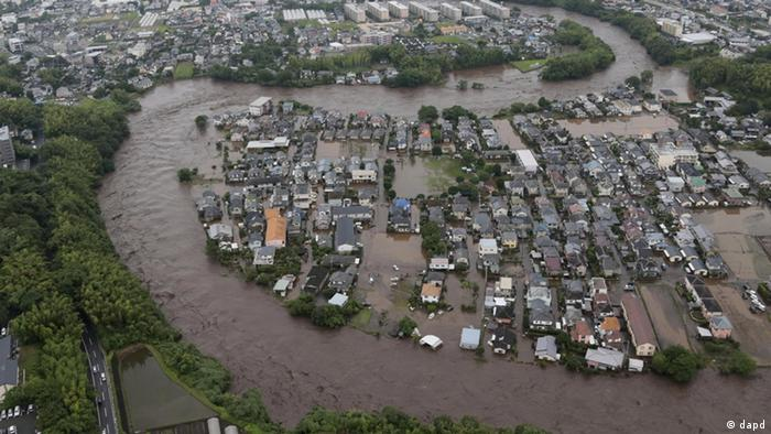 In this July 12, 2012 photo, residential streets are submerged after a river overflowed its banks in Kumamoto, Kumamoto prefecture on Japan's southern island of Kyushu. Heavy rains hit southern Japan, triggering flashfloods, mudslides and destroying dozens of homes. (Foto:Yomiuri Shimbun, Masanobu Nakatsukasa/AP/dapd) JAPAN OUT, CREDIT MANDATORY