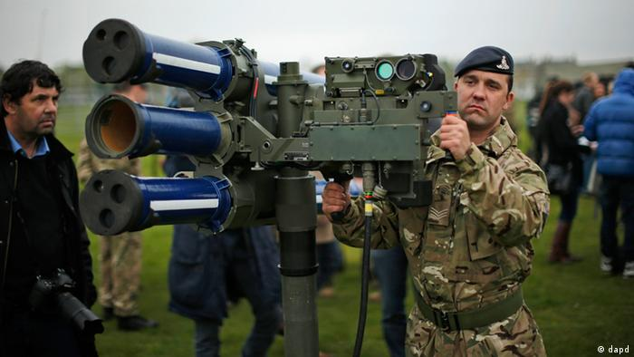 FILE - In this May 3, 2012 file photo, Sergeant Craig from Britain's Royal Artillery regiment holds a high-velocity missile, or HVM, lightweight multiple launcher during a media event ahead of a training exercise designed to test military procedures prior to the Olympic period in Blackheath, London. The British army will be putting HVM missiles, capable of shooting down a hijacked aircraft, on the roof of Fred Wigg Tower, an apartment building on the outskirts of London, as part of its security during the 2012 Olympics. Residents fought the plan, but a High Court judge said Tuesday, July 10, 2012 that the missiles presented no real threat to residents and were a necessary part of Olympic security. (Foto:Matt Dunham, File/AP/dapd)
