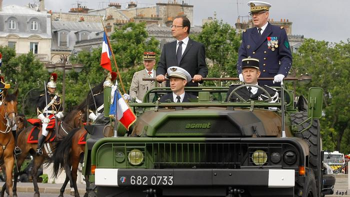 French President Francois Hollande, center, alongside French Chief Staff Admiral Edouard Guillaud review the troops during the Bastille Day military parade on the Champs Elysees avenue, Paris, Saturday, July 14, 2012. (Foto:Jacques Brinon, Pool/AP/dapd)