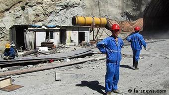 کارگران چینی در ایران؛ چین در سالهای اخیر به یکی از اصلیترین شرکای تجاری ایران تبدیل شده است